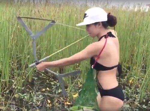 Mặc bikini lội ruộng bắn cá, cô gái trẻ mặc bikini lội ruộng bắn cá