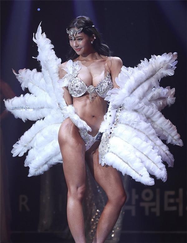 bỏng mắt trước đôi cánh thiên thần của vận động viên thể hình, đôi cánh thiên thần