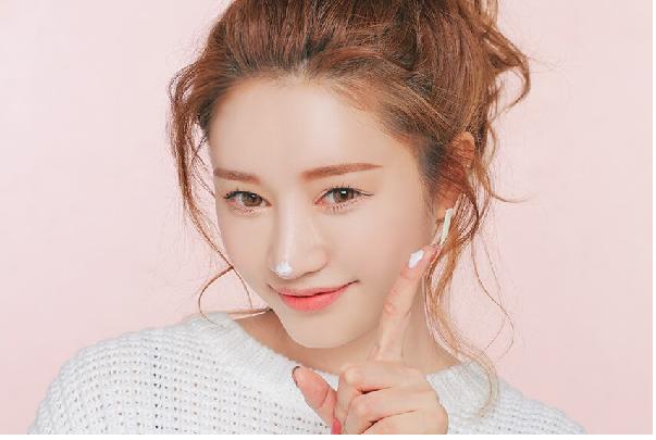 Đừng quên sử dụng kem che khuyết điểm cho khuôn mặt của bạn