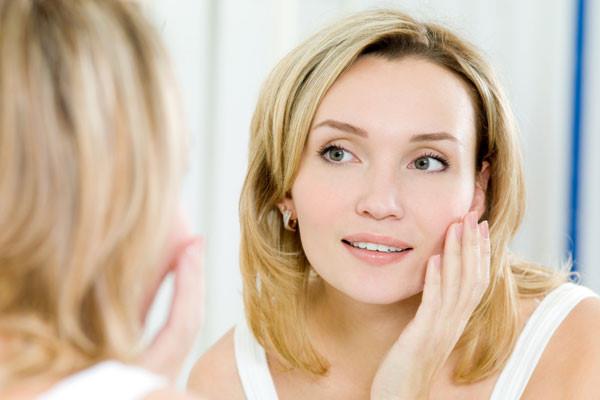Cách chăm sóc da mặt sau sinh bằng sữa mẹ