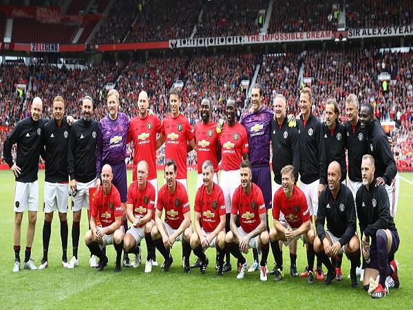 CĐV la ó Scholes trong trận thắng 5-0 của huyền thoại M.U