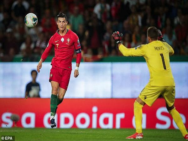 Ronaldo tỏa sáng áp sát cột mốc 700 bàn